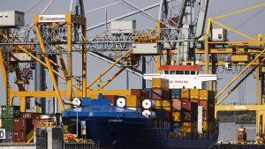 Ett lastfartyg är förtöjt i Nordsjö hamn.
