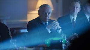 På bilden syns skådespelaren Jason Watkins som spelar i tv-serien The Crown.