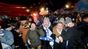 Hurrande, glada finländare efter matchen som tog Finlands fotbollsherrar till EM.