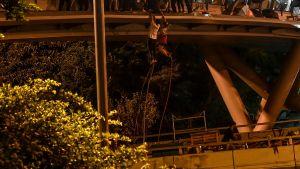 Demonstranter i Hongkong räddar sig med hjälp av rep 18.11.2019