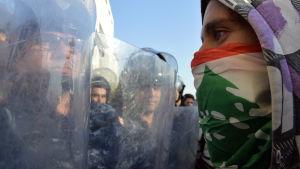 Demonstranter blockerade parlamentet i Beirut 19.11.2019