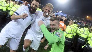 Tim Sparv, Paulus Arajuuri och Lukas Hradecky firar efter matchen mot Liechtenstein.