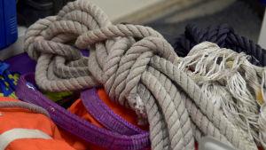 Tjockt rep och flytväst. Hör till Ekenäs sjöräddare och finns i deras lokal.