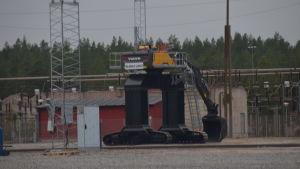 En stor maskin som lossar antracit ur tågvagnar.