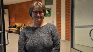 Kvinna i skolkorridor.