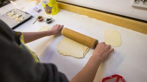 oppilas tekee joulutorttua kotitaloustunnilla Lintumetsän koulussa Espoossa