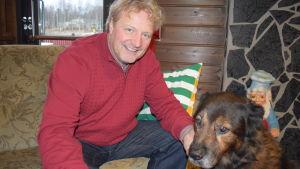 Savonrantalaistunut ravintolayrittäjä Erwin Tiesma Boris-koiransa kanssa