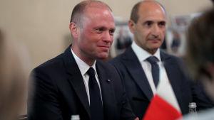 Maltan eroava pääministeri Joseph Muscat (vasemmalla)