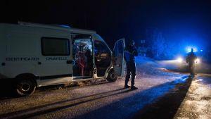 Poliser vid en avspärrning i närheten av platsen där räddningshelikoptern kraschade