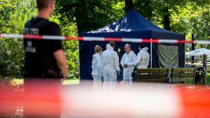 Experter undersöker en brottsplatsen i Berlin efter ett mord 23.8.2019