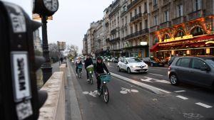 Många promenerar och cyklar i Paris under strejken
