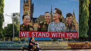 Plakat som stöder Aung San Suu Kyi 28.11.2019. Hpa-an, i delstaten  Kayin, Myanmar.