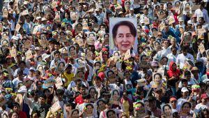 Demonstration 10.12.2019 i Rangoon, Myanmar till stöd för landets ledare Aung San Suu Kyi