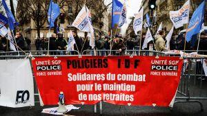 Poliser demonstrerar mot Frankrikes pensionsreform. Paris 11.12.2019