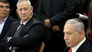 Sininen ja valkoinen -puolueen johtaja Benny Gantz (vas.) ja virkaa tekevä pääministeri ja Likud-puolueen johtaja Benjamin Netanjahu Knessetissä lokakuussa.