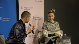 På bilden sitter litteraturvetaren Madeleine Dunderlin och isländska Thordis Elva på scen.