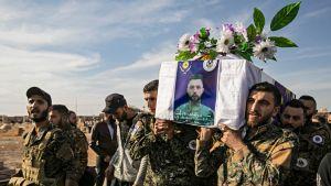 Sörjande bär på kistan med en kristen milisman som dödats i strider mot jihadister i nordöstra Syrien.