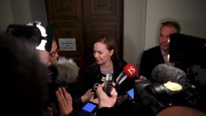 Katri Kulmuni omringad av journalister.
