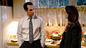 Karaktärerna Philip och Elizabeth Jennings från serien The Americans står i sitt kök och ser mot varandra.