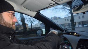 Mies ajaa täyssähköautoa.