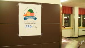 En lapp på en vägg som visar matsvinnet i en skolas matsal.