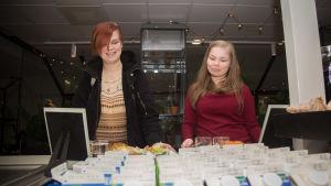 Opiskelijat lounasruokalassa.