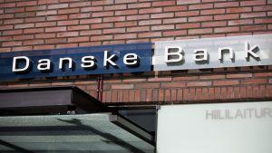 Danske banks skylt på en tegelvägg.
