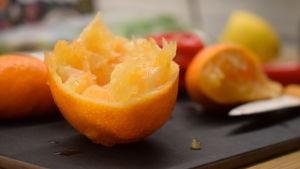 En mandarinhalva på en skärbräda.