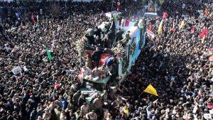 Väkijoukko ympäröi vaunua, jossa on Qassim Suleimanin ruumis.