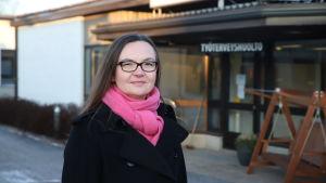 Aino-Liisa Jalonen Säkylän työterveyshuollon edessä.