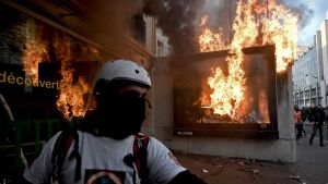 Reklamskärm brinner  under en demonstration i Paris 11.1.2020