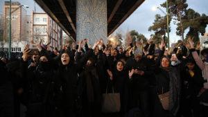 Iranska sympatiyttringar för offren i passagerarplanet som sköts ner. Demonstranter - bland dem ovanligt många unga kvinnor - utanför universitetet Amir Kabir i Teheran 11.1.2020