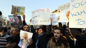 Iranska regeringsanhängare protesterar mot USA och Storbritannien utanför den brittiska ambassaden i Teheran 12.1.2020
