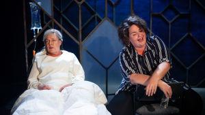 Två olika livsåldrar, 70 och 43 i parallella världar på samma scen (Moncia Nyman och Daniela Franzell).