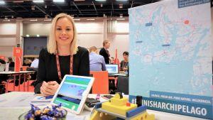 Niina Aitamurto som är turismchef i Pargas taggar till för resemässan 2020 i Helsingfors.