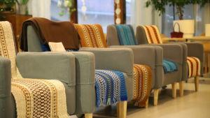 VAnhusten nojatuoleja rivissä Voutilakeskuksessa Hämeenlinnassa.