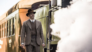 Einar Reuter kommer gående på tågperrongen.