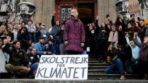 """Greta Thunberg med demonstrationsplakat om """"skolstrejk för klimatet"""" i Lausanne."""