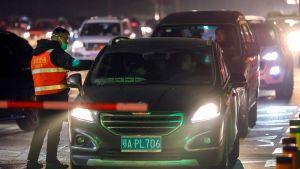 Vid utfarten från Wuhan mäter man kroppstemperaturen på bilister 21.1.2020