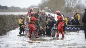 Prins Charles inspekterar översvämningsskador i Somerset