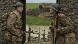 Blake och Schofield står vid en öppning i en mur och undrar om de skall gå igenom den..
