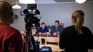 Ledande läkaren i Ivalo Outi Liisanantti och Ivalos stadsdirektör Toni K. Laine på presskonferens om de misstänkta fallen av coronavirus på orten.