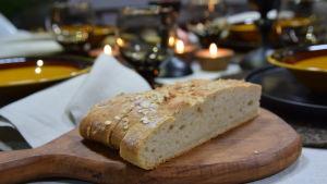 Leivän siivuja leikkuulaudalla