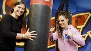Katharina Thanderz och Eva Wahlström spexar med en boxningssäck