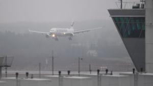 Ett finnairplan landar i dimma.