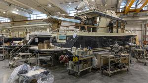 Två stora motorbåtar byggs.