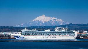 Diamond Princess ligger för ankar nära Iwaki-berget i Japan