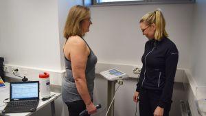 Päivi Suomista mitataan kehonkoostumuslaitteessa.