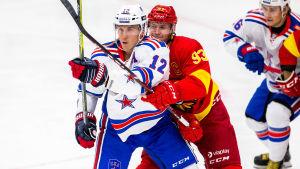 Jori Lehterä kämpar på isen i SKA-tröja med Jokerits Peter Regin.
