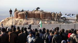 Flyktingar samlade vid den syrisk-turkiska gränsen i Idlib 2.2.2020 med en vädjan till Turkiet om att landet öppnar sina gränser.